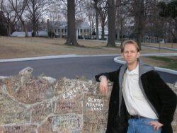 bij de muur van Graceland