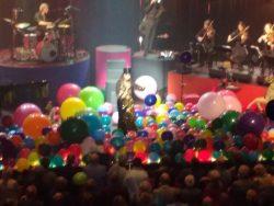 Ellen ten Damme tussen de balonnen